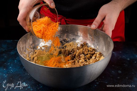 Добавьте тертую морковь, орехи, яблочный соус и перемешайте.