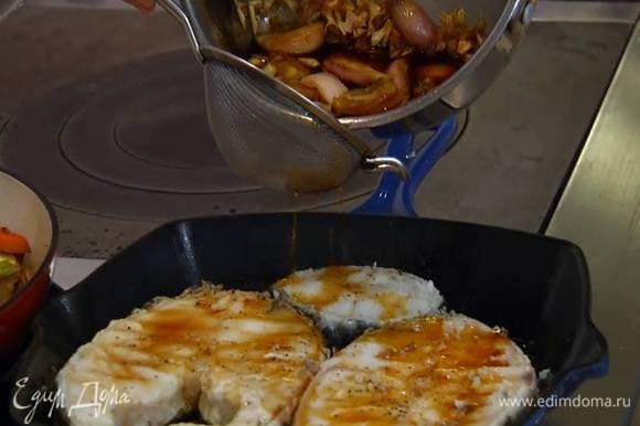 Разогреть сковороду-гриль и жарить рыбу 2‒3 минуты с одной стороны, затем перевернуть, полить соусом терияки, процедив его через сито (овощи сохранить!) и жарить до готовности.