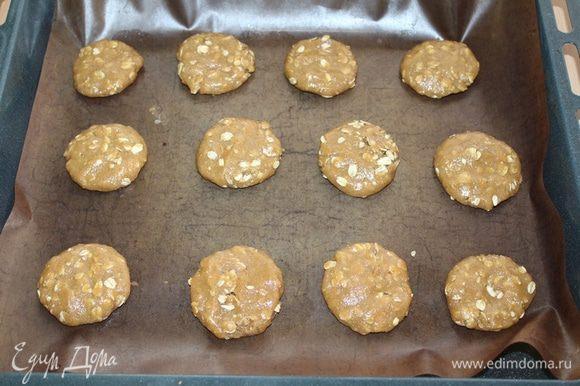 Скатайте тесто в шарики и выложите на противень с бумагой, оставляя место между печеньем.
