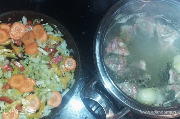Поставить вариться бульон, добавив головку репчатого лука и веточку розмарина. Параллельно поставить пассероваться в сотейнике или кастрюле на растительном масле лук-порей, через 3 минуты, раздавленный чеснок, затем также сельдерей, болгарский перец. У чили перца вынуть семена и мелко порезать. Также постепенно добавить цукини и приправы.