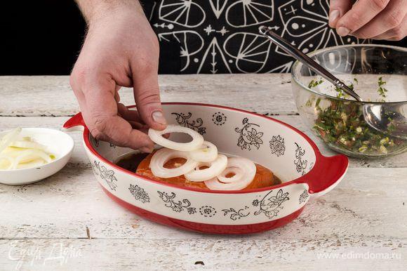 Форель полить соевым соусом. Сверху натереть корень имбиря и выложить луковые кольца.