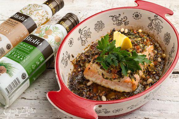 Запекайте форель 20 минут. Подавайте к столу рыбу с овощами и зеленью. Очень вкусно и ароматно!