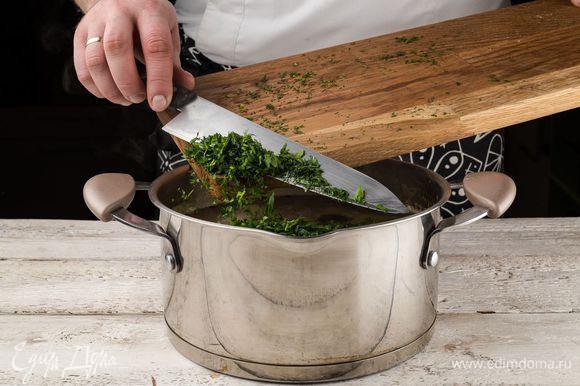 Зелень измельчить и добавить в суп.
