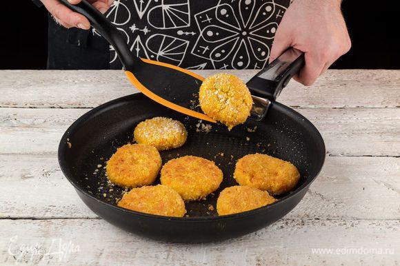 Разогрейте в сковороде чесночное масло Biolio и пожарьте котлеты с двух сторон до готовности.