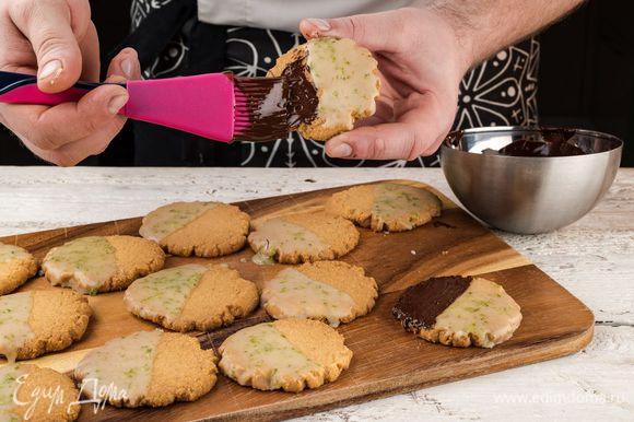 Шоколад растопить на водяной бане. Печенье остудить и полить часть печенья лимонной глазурью, а вторую часть печенья — растопленным шоколадом.