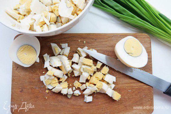 Готовим начинки. Для яичной начинки отварить вкрутую яйца, остудить, очистить и порезать мелким кубиком.