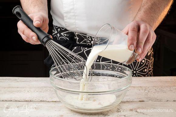 Духовку предварительно разогреть до 180°С. Муку просеять через сито. Молоко подогреть — оно должно быть теплым, но не горячим. Дрожжи развести в небольшом количестве теплого молока. Когда они полностью разойдутся, соединить с остальным молоком.