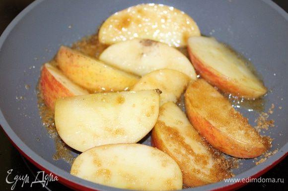 Разогрейте сливочное масло, положите яблочные дольки, посыпьте сахаром с корицей и слегка обжарьте.