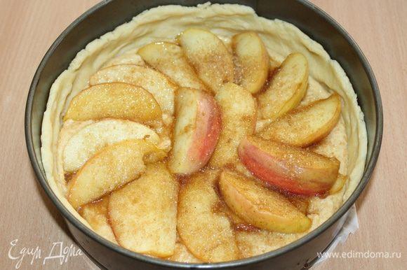 Выложите яблоки на начинку.