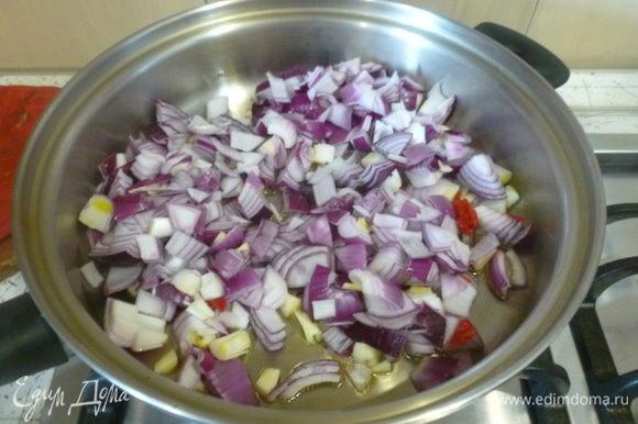 Мелко порубить 4 луковицы, чили, чеснок. В большом сотейнике разогреть оливковое масло. Высыпать лук, чили, чеснок и 2 ч. л. зиры. Жарить 15 минут.