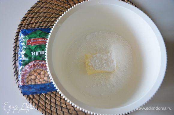 Взбить размягченное масло с сахарной пудрой.