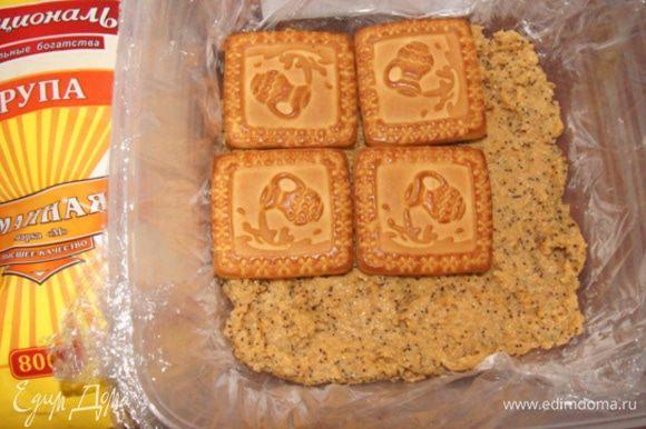 Форму или контейнер выстелить пищевой пленкой. Выкладывать десерт слоями, чередуя манную кашу с печеньем. Убрать в холодильник на 3-4 часа.