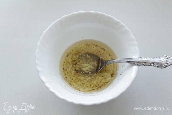 Для маринада: 3 зубчика чеснока очистить и нарезать мелкими кусочками, смешать в миске лимонный сок, оливковое масло, чеснок, соль и специи.