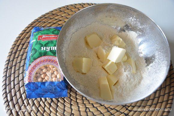 Сливочное масло поместить в морозильник на 10 минут. Просеять муку с солью и растереть с маслом, нарезанным на куски.