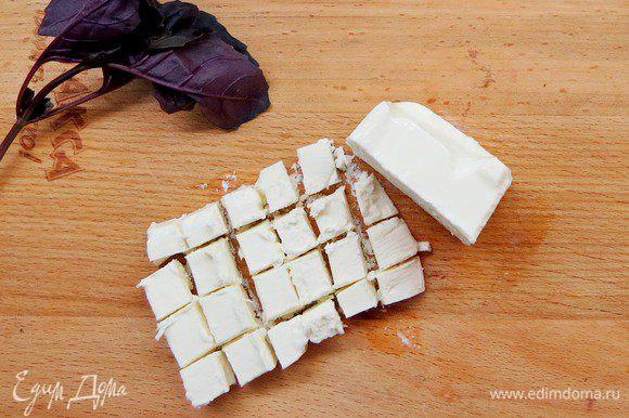 Нарезать некрупными кубиками фету.