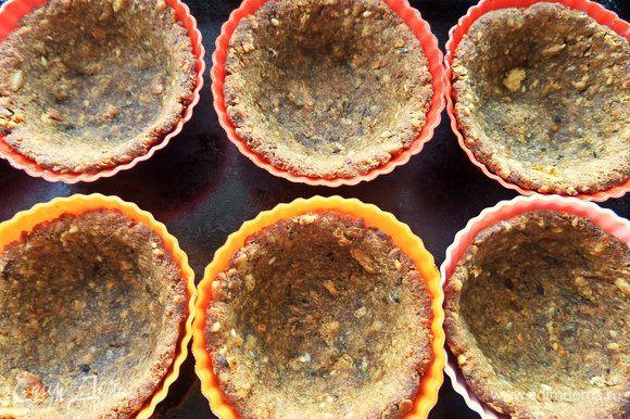 Запекать минут 20-25 при 180°С, но все зависит от влажности хлеба. Корзиночки легко выскакивают из форм.