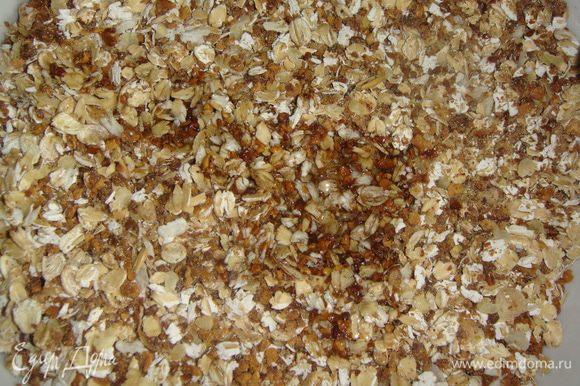 Выложить измельченный арахис к хлопьям, влить оливковое масло и хорошо перемешать.