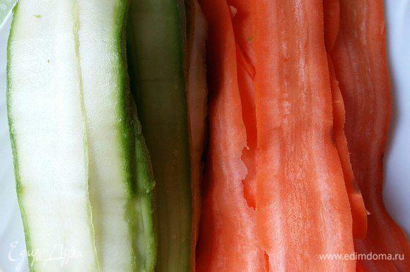 Моем кабачки, у меня было 2 штуки (небольшие), морковь чистим (морковь должна быть длинной и по возможности не узенькой).