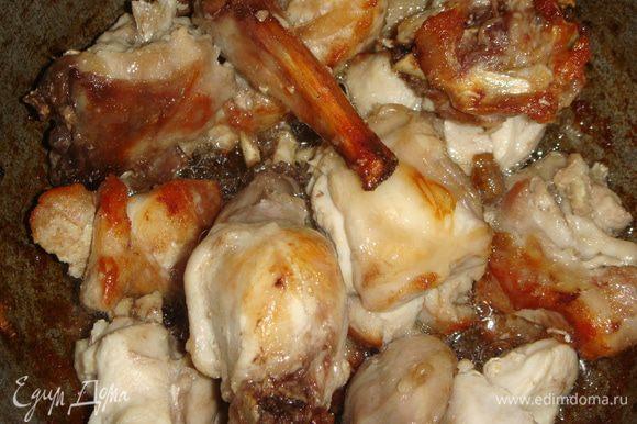 Казан нагреть, влить горчичное масло и подсолнечное. Выложить кусочки кролика и обжарить до золотистого цвета.