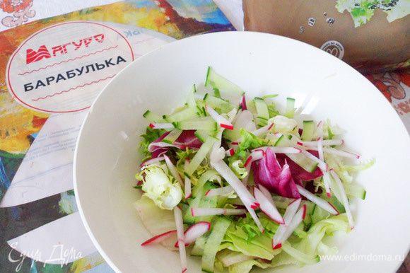 Пока барабулька запекается, можно подготовить легкий овощной салат. Я приготовила салатный микс с редисом и огурцом. Заправка — смесь гранатового соуса с оливковым маслом.
