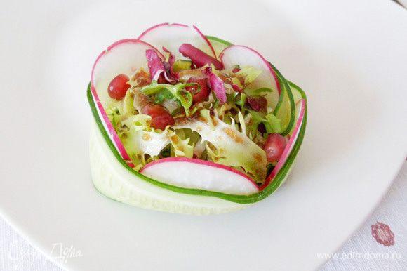 Салат можно выложить вот такую корзиночку (фантазия разыгралась!), а можно просто горкой на тарелку. Кому как нравится.
