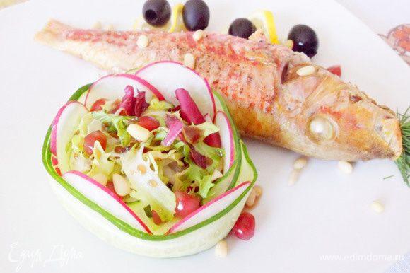 Сервируем блюдо. Горячая барабулька, легкий овощной салат, кружки лимона, оливки, зерна граната и кедровые орешки. Вкусно, полезно и красиво! Приятного аппетита!