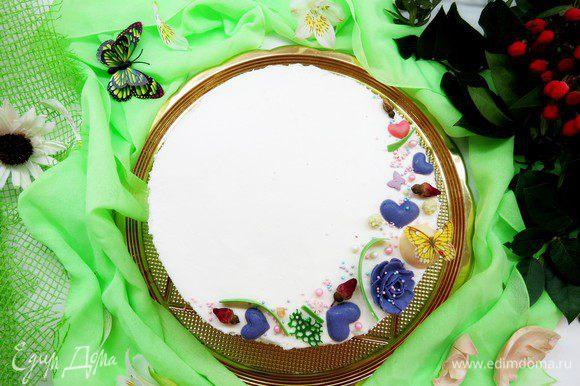 Горячий пирог заливаем кремом, даем настояться (у меня стоял ночь), затем нарезаем на порции.