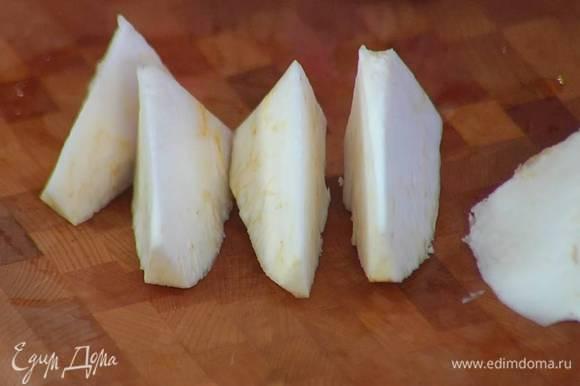 Картофель и корень сельдерея почистить и нарезать небольшими кусочками.