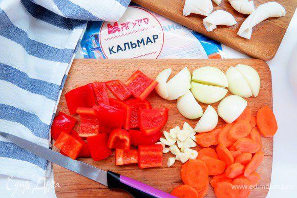 Подготовливаем овощи. Луковицы режем на четвертинки, перец — квадратиками, чеснок и морковь — тонкими пластинами.
