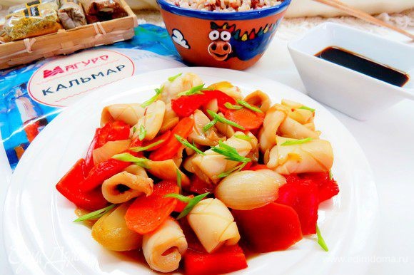 Готовые кальмары посыпать перьями зеленого лука и подавать. К таким кальмарам можно также подать рис. Приятного аппетита!