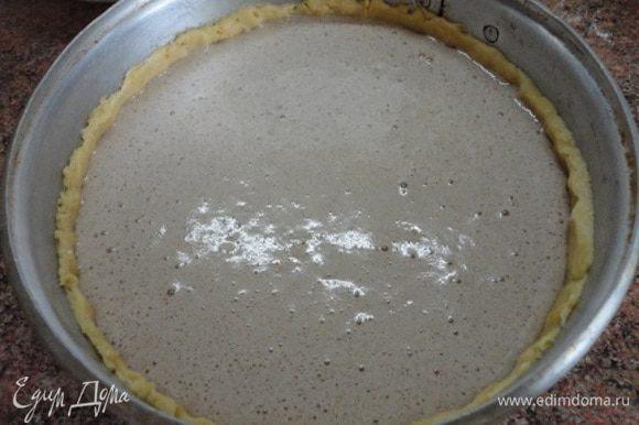 Выкладываем начинку в форму с тестом и выпекаем 35-40 минут при температуре 180°С.