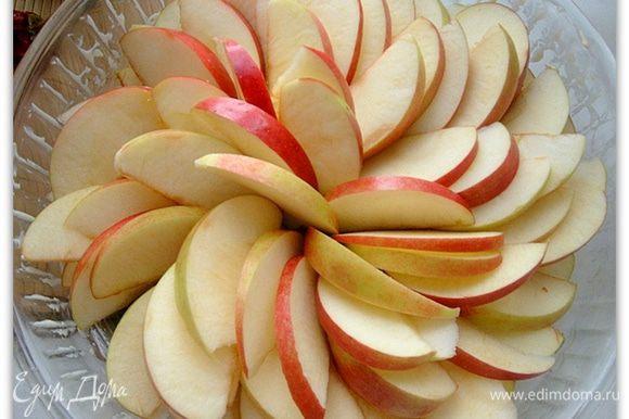 Нарежем яблоки тонкими дольками. Смазываем сливочным маслом форму для запекания. Укладываем в нее яблоки. Посыпаем их сахаром и ставим в горячую духовку на 15-20 минут.
