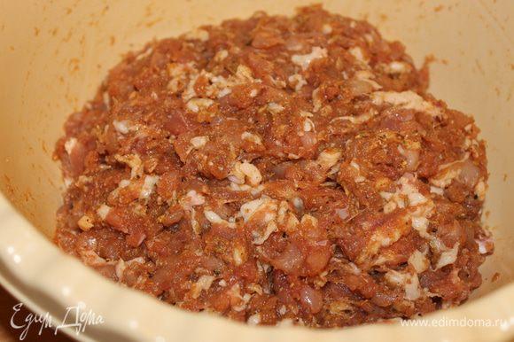 Долго фарш не месите, т.к. изменится структура сала и изменит вкус колбасы. Поместите фарш в холодильник минимум на 12 часов для созревания.