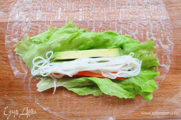 Поверх овощей выкладываем рисовую лапшу.
