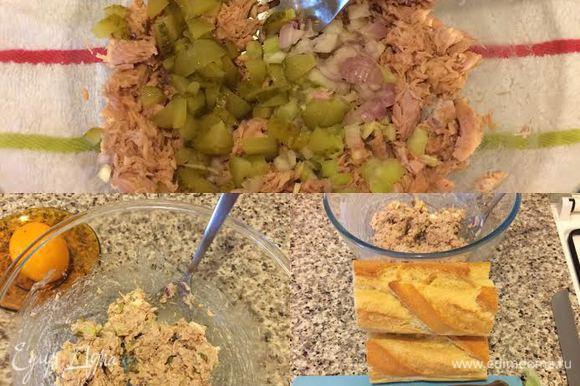 С тунца слить воду, переложить в миску и размять вилкой. Огурец, лук, сельдерей мелко нарезать и добавить к тунцу. Затем добавить черный перец, майонез 2 ст. л. и хорошо перемешать.
