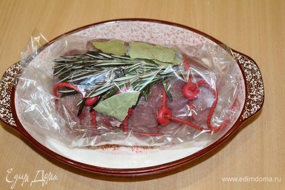 Вложить в рукав для запекания, сверху положить веточку розмарина и лавровый лист. Положить мясо в форму в пакете и убрать на ночь в холодильник.