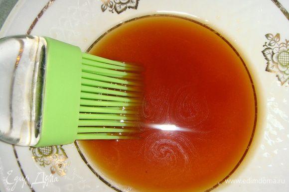 Так как у нас постные пирожки, поэтому мы будем их смазывать крепким чаем. Заварить чай и растворить в нем 3 ч. л. сахара.