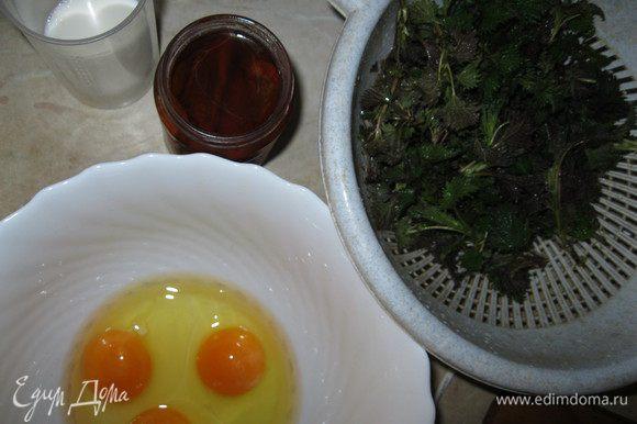 Духовку разогреть до 180°С. Подготовить ингредиенты. Яйца слегка взбить с молоком, добавить соль, перец, тонкой струйкой влить масло. Подмешать просеянную муку (два вида для полезности), разрыхлитель, все перемешать.