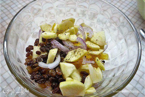 Добавляем в салатник очищенное и нарезанное небольшими дольками яблоко, изюм, приправляем перцем, солим по вкусу.