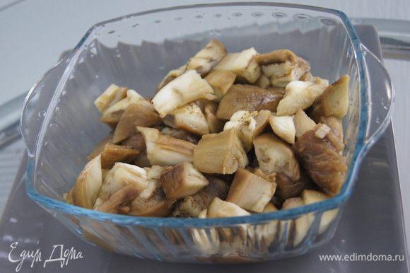 Нарезаем очищенные от кожуры баклажаны крупными кусками.