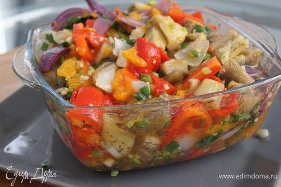 Добавить к овощам мелко нарезанный зеленый лук, фету, каперсы и заправку, перемешать и наслаждаться этим прекрасным блюдом каталонской кухни. Эскаливада хороша как самостоятельное блюдо в холодном и горячем виде или как гарнир к мясу или рыбе.