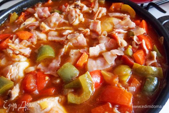 Возвращаем цыпленка с хамоном на сковороду к соусу.