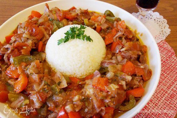 Еще один вариант подачи блюда. Варим рис. Наливаем в чашку (у меня пиала) оливковое масло. Перекладываем в нее рис. Переворачиваем чашку на большую тарелку. Вокруг риса выкладываем цыпленка. Поливаем соусом. Приятного аппетита! Buen apetito!
