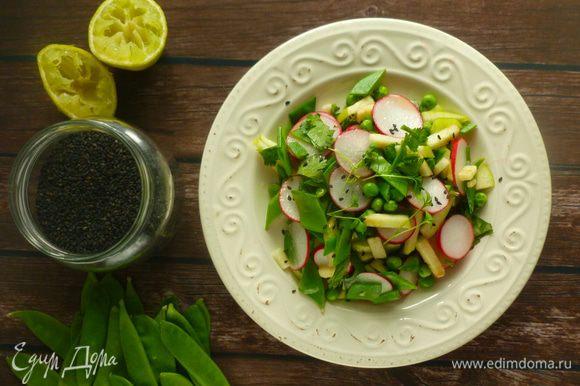 Соединить овощи и кинзу, заправить салат. Посыпать кунжутом и кресс-салатом. Приятного аппетита!