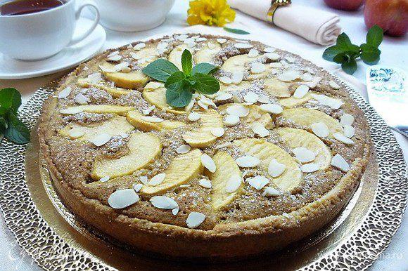 Снимаем кольцо, посыпаем тарт сахарной пудрой, украшаем лепестками миндаля, веточками мяты и подаем на стол.