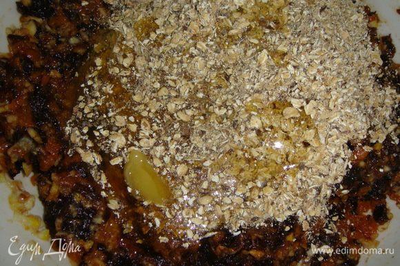 Выкладываем в миску измельченные овсяные хлопья, лен, орехи и мед.