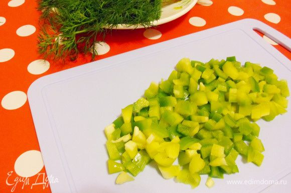 Сладкий зеленый перец нарежем кусочками.