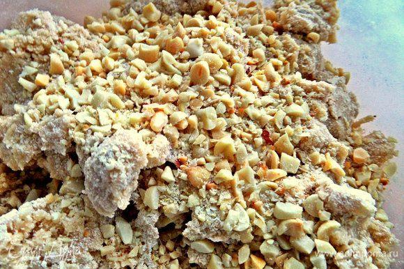 Высыпать орехи в тесто.