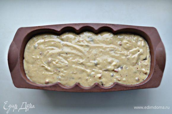 Переложите тесто в форму, смазанную маслом (если, как у меня, силиконовая, то смазывать маслом не понадобится).