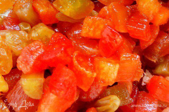 Цукаты заранее помыть и замочить в яблочном соке с добавлением коньяка (по желанию).